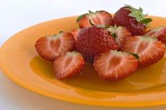 Aardbeien op plaat. Stock Afbeeldingen