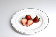 Aardbeien op plaat royalty-vrije stock afbeeldingen