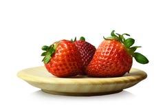 Aardbeien op witte achtergrond worden geïsoleerd die Stock Afbeeldingen