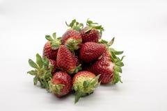 Aardbeien, op witte achtergrond worden geïsoleerd die stock foto's
