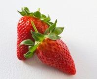 Aardbeien op witte geweven achtergrond Royalty-vrije Stock Fotografie