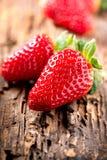 Aardbeien over Hout Stock Afbeelding