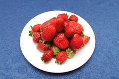 Aardbeien in plaat Stock Afbeeldingen