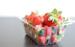 Aardbeien in plastic zak Stock Afbeeldingen
