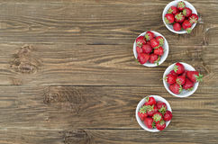 Aardbeien rijp rood op houten lijst stock fotografie