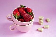 Aardbeien in roze koppen Royalty-vrije Stock Afbeelding