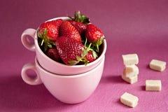 Aardbeien in roze koppen Royalty-vrije Stock Foto's