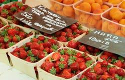 Aardbeien voor verkoop in Frankrijk stock afbeeldingen