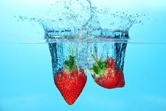 Aardbeien in water Stock Afbeeldingen