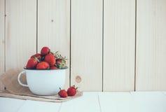 Aardbeien in witte emailmok royalty-vrije stock fotografie
