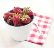 Aardbeien in witte emmer Royalty-vrije Stock Foto