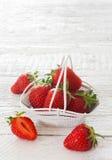 Aardbeien in witte emmer Stock Afbeeldingen