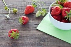 Aardbeien in witte kom Stock Afbeeldingen