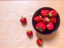 Aardbeien in zwarte plaat Stock Foto