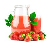 Aardbeiensap met verse aardbeien stock afbeeldingen