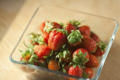 Aardbeifruit in een glascontainer Royalty-vrije Stock Afbeeldingen