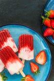 Aardbeiijslolly met Aardbeisap Royalty-vrije Stock Afbeeldingen