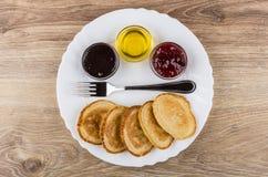 Aardbeijam, honing, condens met cacao, pannekoeken, vork Royalty-vrije Stock Foto's