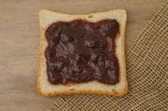 Aardbeijam op brood Stock Foto