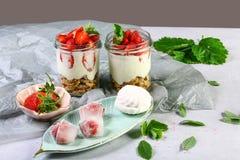 Aardbeikaastaart in glazen met verse aardbeien en roomkaas op grijze achtergrond Gezond eigengemaakt dessert , exemplaar spac royalty-vrije stock fotografie