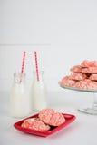 Aardbeikoekjes en Melk stock foto's