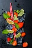 Aardbeimojito in getrokken glas Stock Fotografie