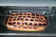 Aardbeipastei in de oven Pastei met jam en een decoratieve vorm op een bakselblad Pastei met decoratieve cijfers van met de hand  royalty-vrije stock afbeelding