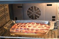 Aardbeipastei in de oven Pastei met jam en een decoratieve vorm op een bakselblad Pastei met decoratieve cijfers van met de hand  royalty-vrije stock foto