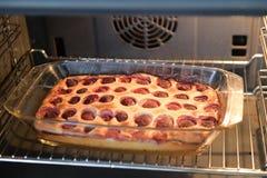 Aardbeipastei in de oven Pastei met jam en een decoratieve vorm op een bakselblad Pastei met decoratieve cijfers van met de hand  stock afbeelding