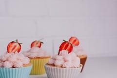 Aardbeipastei op de Lijst, het Perfecte Dessert van het Partij Individuele Verse Fruit Royalty-vrije Stock Afbeeldingen