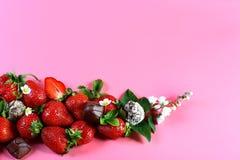 Aardbeivruchten bij de bodem, chocoladesuikergoed, witte bloem op roze achtergrond met exemplaarruimte Mening van hierboven, reek royalty-vrije stock afbeeldingen