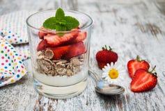 Aardbeiyoghurt met muesli Stock Foto's
