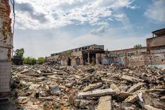 Aardbeving of oorlogsnasleep of orkaan of andere natuurramp, gebroken geruïneerde verlaten gebouwen, pillen van concreet huisvuil royalty-vrije stock foto's