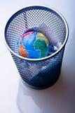 Aarde in afval-bak Stock Afbeeldingen