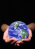 Aarde in de handen van de vrouw Stock Foto