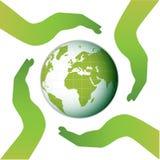 Aarde die door vier handen wordt omringd Stock Foto