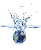 Aarde, die in duidelijk water bespat. Stock Afbeelding