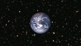 Aarde die throuhg het heelal naderen royalty-vrije illustratie