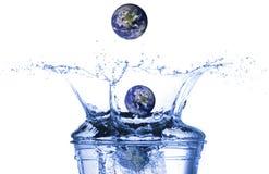 Aarde die in water valt stock afbeelding