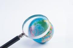 Aarde en glas op witte achtergrond royalty-vrije stock afbeeldingen