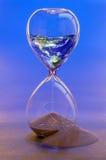 Aarde in Gebroken Zandloper NASA van het aardebeeld Stock Foto