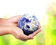 Aarde in haar hand Stock Afbeeldingen