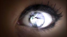 Aarde in haar ogen stock footage