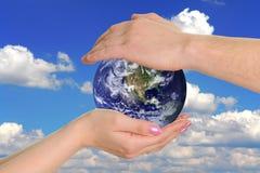 Aarde in handen Stock Fotografie