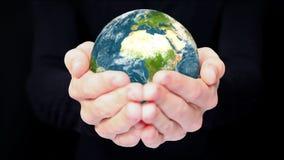 Aarde in handen? backgorund die in ps worden gecreërd? stock footage