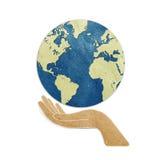 Aarde in handen gerecycleerde document ambacht Stock Foto's