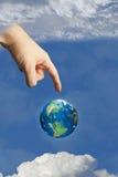 Aarde in hemel die door de hand van god wordt geraakt Stock Foto's