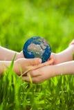 Aarde in kinderen` s handen Stock Afbeeldingen