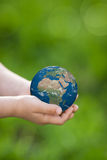 Aarde in kinderen` s handen Royalty-vrije Stock Fotografie