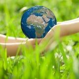 Aarde in kinderen` s handen Royalty-vrije Stock Foto